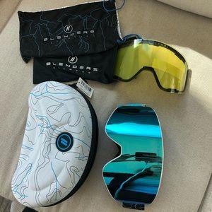 Ski/snow boarding goggles with case.